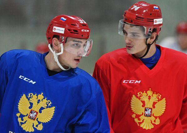 Хоккеисты сборной России Богдан Киселевич (слева) и Николай Прохоркин во время тренировки