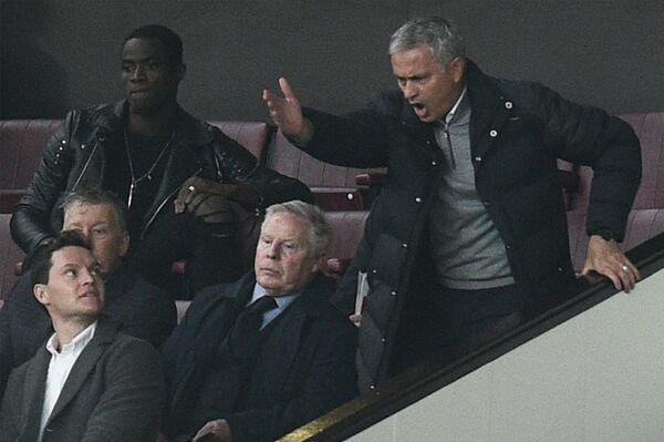 Главный тренер английского Манчестер Юнайтед Жозе Моуринью (справа)
