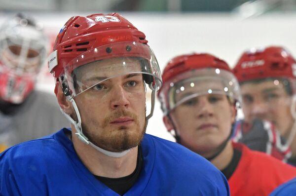 Нападающий сборной России Валерий Ничушкин (слева)