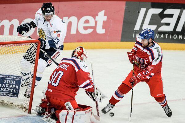 Нападающий сборной Финляндии Йоонас Кемппайнен, вратарь сборной Чехии Шимон Грубец и защитник сборной Чехии Якуб Ержабек (слева направо)
