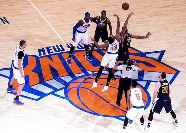 Игровой момент в матче регулярного чемпионата Национальной Баскетбольной Ассоциации между Нью-Йорк Никс и Юта Джаз