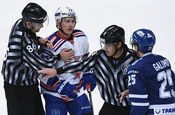 Нападающий ХК Динамо Ансель Галимов (справа) и защитник ХК СКА Максим Чудинов (второй слева)
