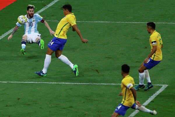 Форвард сборной Аргентины Лионель Месси (слева) в матче против сборной Бразилии