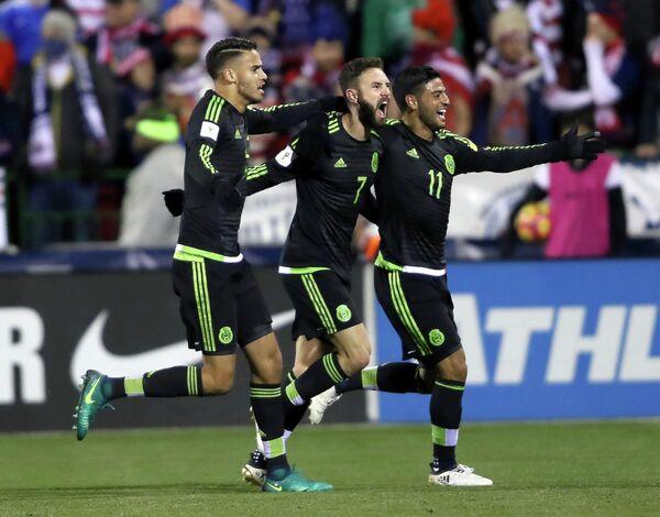 Футболисты сборной Мексики Диего Рейес, Мигель Лаюн и Карлос Вела (слева направо)