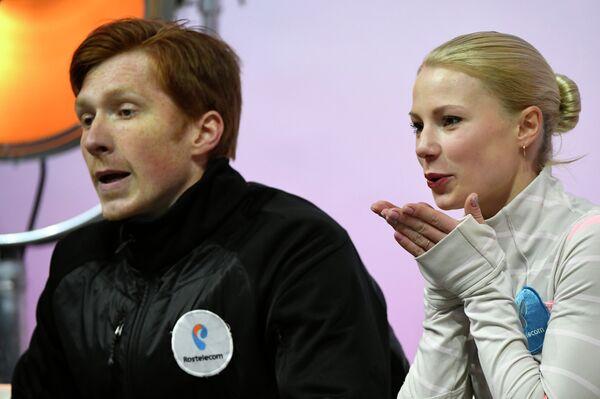 Российские фигуристы Евгения Тарасова (справа) и Владимир Морозов после исполнения произвольной программы на этапе Гран-при в Париж