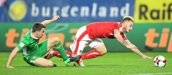 Защитник сборной Ирландии Шеймус Коулмен и форвард сборной Австрии Марко Арнаутович (справа)