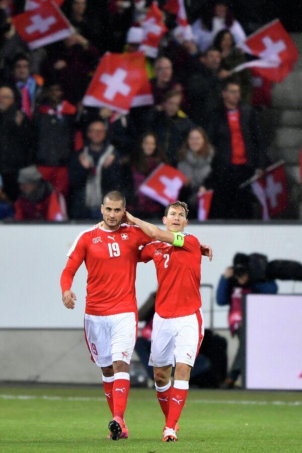 Футболисты сборной Швейцарии Эрен Дердийок (слева) и Штефан Лихтштайнер