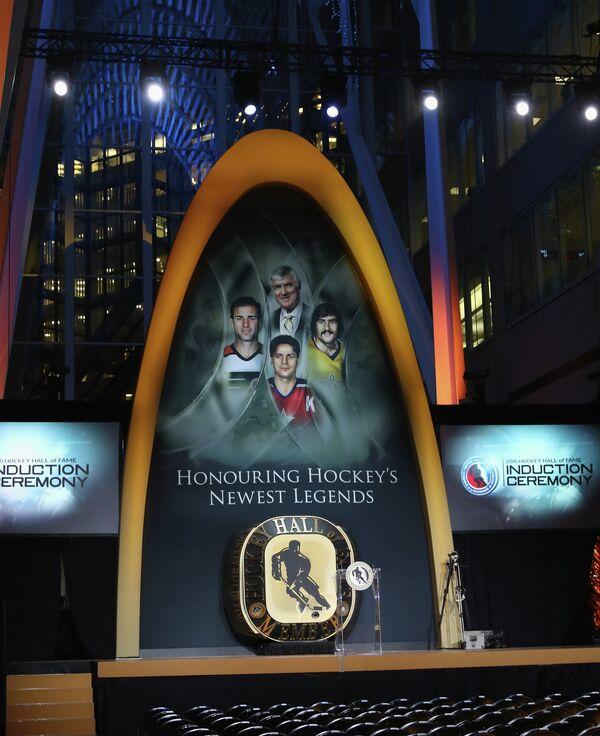 Мемориальная доска, на которой изображены новые члены Зала хоккейной славы в Торонто: Эрик Линдрос, Рогасьен Вашон, Пэт Куинн и Сергей Макаров (снизу