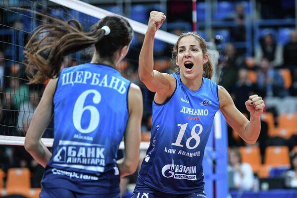 Игроки ЖВК Динамо (Москва) Яна Щербань (слева) и Майя Поляк