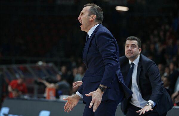 Главный тренер БК Дарушшафака Дэвид Блатт (слева)