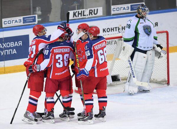 Игроки ХК ЦСКА Кирилл Петров, Михаил Науменков и Андрей Ермаков (слева направо)