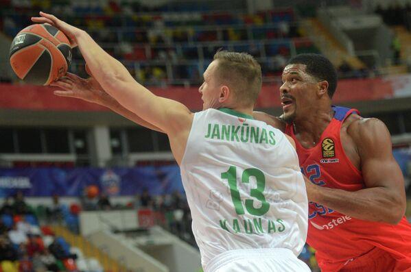 Форварды ПБК ЦСКА Кайл Хайнс и Жальгириса Паулюс Янкунас (слева)