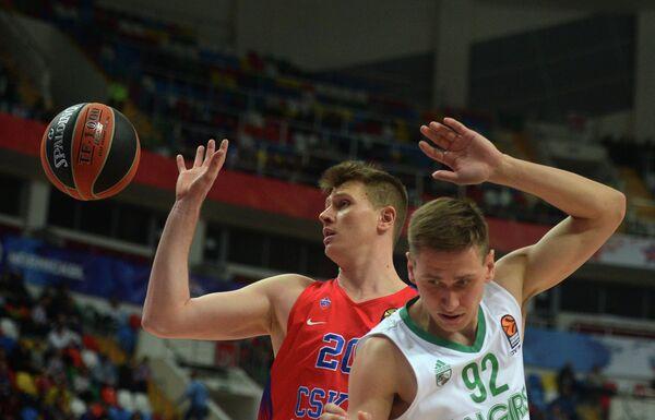 Форварды ПБК ЦСКА Андрей Воронцевич и Жальгириса Эдгарас Улановас (справа)