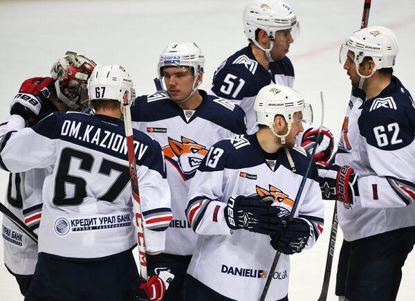 Хоккеисты Металлурга радуются победе