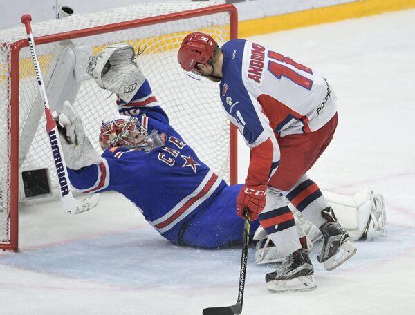 Нападающий ЦСКА Сергей Андронов (справа) и вратарь СКА Игорь Шестёркин
