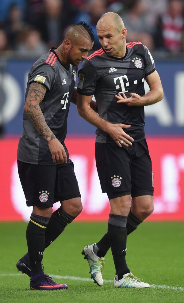 Футболисты Баварии Артуро Видаль и Арьен Роббен (справа)
