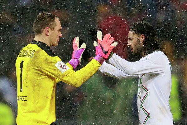 Вратарь Рубина Сергей Рыжиков (слева) и защитник Рубина Серхио Санчес