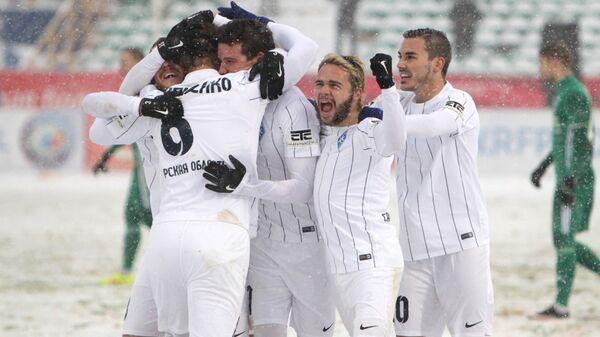 Футболисты Крыльев Советов радуются забитому мячу