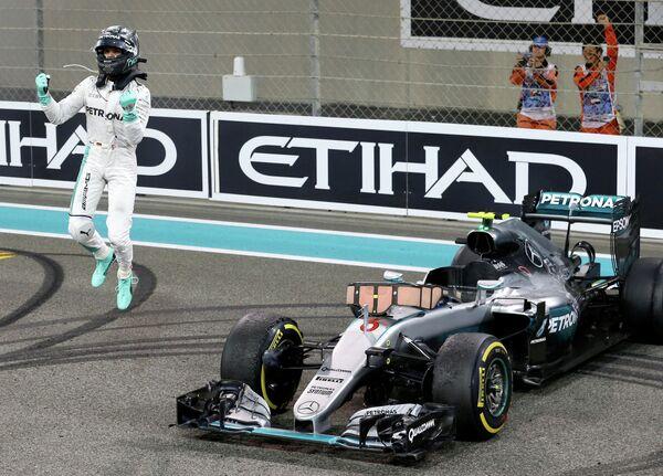 Пилот Мерседеса Нико Росберг, ставший новым чемпионом мира, после финиша на Гран-при Абу-Даби