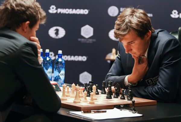 Гроссмейстер Сергей Карякин и гроссмейстер Магнус Карлсен (слева)