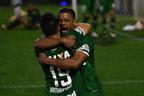 Футболисты Шапекоэнсе Артур Майа и Бруно Рангель (слева направо)