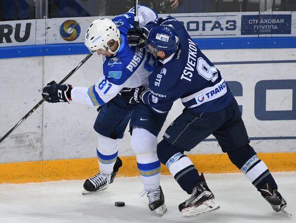 Нападающие Динамо Алексей Цветков (справа) и Барыса Константин Пушкарёв