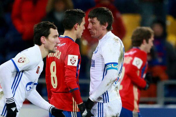 Полузащитник ЦСКА Георги Миланов (слева на втором плане) и защитник Оренбурга Дмитрий Андреев