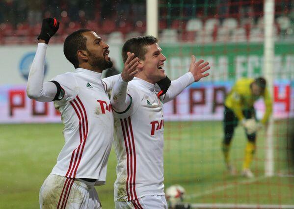 Футболисты Локомотива Майкон (слева) и Игорь Денисов
