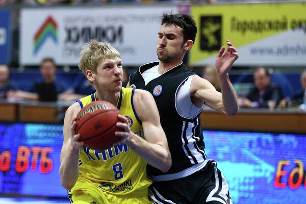Защитник БК Химки Вячеслав Зайцев (слева) в матче против Автодора