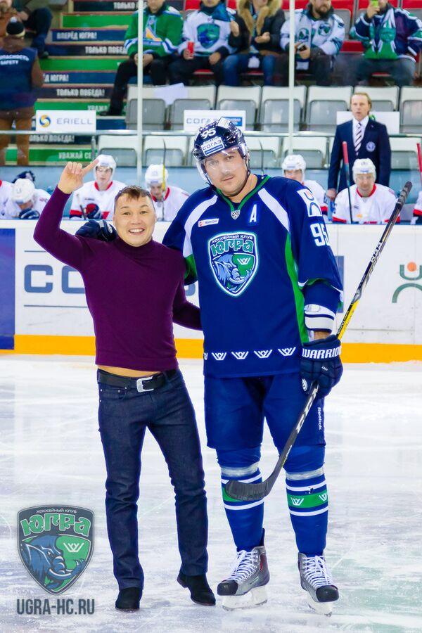 Форвард Югры Евгений Лапенков (справа) и боксер Руслан Проводников