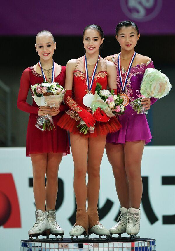 Анастасия Губанова, Алина Загитова и Каори Сакамото (слева направо)