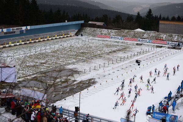 Биатлонистки на трассе гонки с масс-старта на четвертом этапе Кубка мира по биатлону в немецком Оберхофе