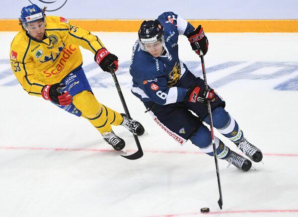 Форвард сборной Швеции Андреас Турессон (слева) и защитник сборной Финляндии Ари Грёндаль