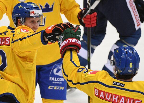 Нападающий сборной Швеции Александер Бергстрём (слева)