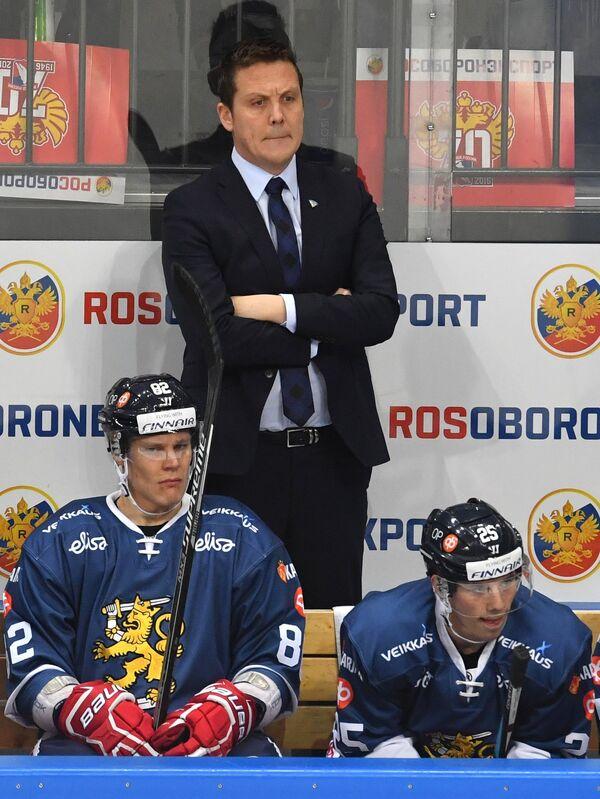 Главный тренер сборной Финляндии Лаури Марьямяки (на втором плане)