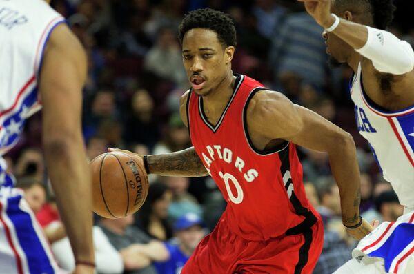Форвард клуба НБА Торонто Рэпторс Демар Дерозан (с мячом)