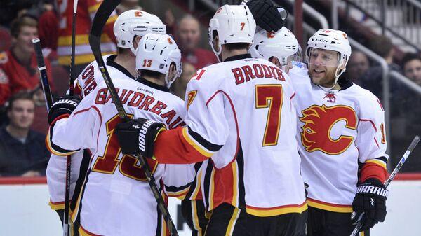 Хоккеисты Калгари радуются заброшенной шайбе Криса Верстига (второй справа)