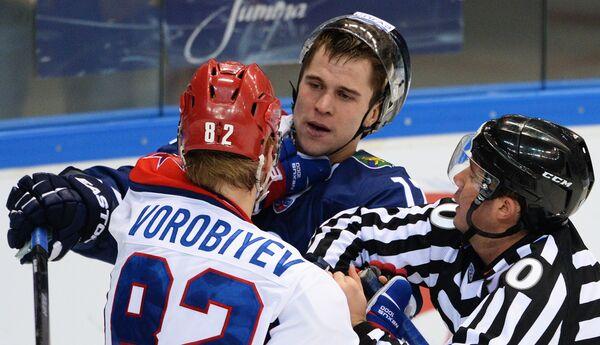 Дмитрий Космачев (в центре)