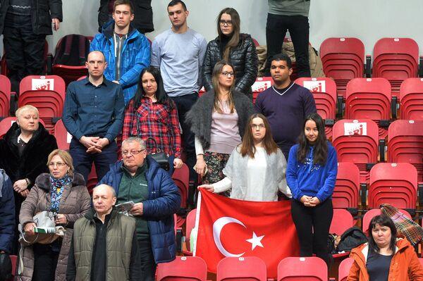 Российские и турецкие болельщики во время минуты молчания по убитому послу России в Турции Андрею Карлову
