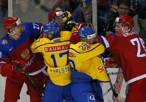 Игровой момент матча молодежных сборных России и Швеции по хоккею