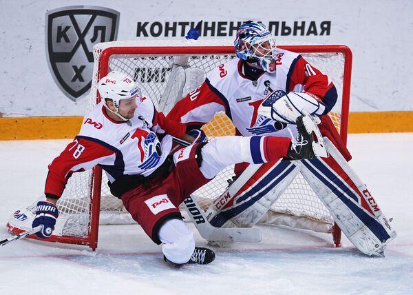 Нападающий ХК Локомотив Александр Кадейкин (слева) и вратарь Александр Судницин