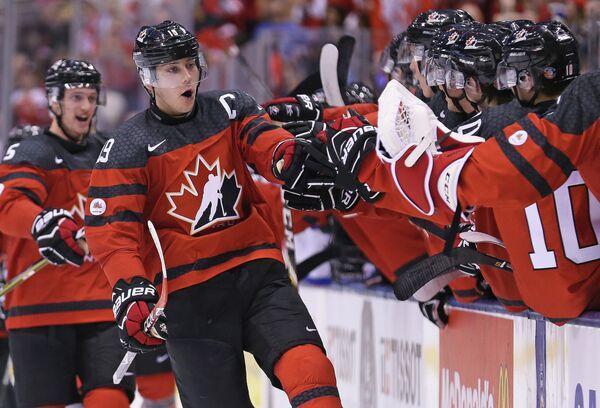 Нападающий сборной Канады Дилан Стром (в центре)