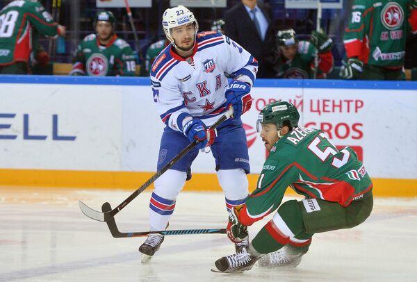 Защитник СКА Вячеслав Войнов (слева) и нападающий Ак Барса Джастин Азеведу