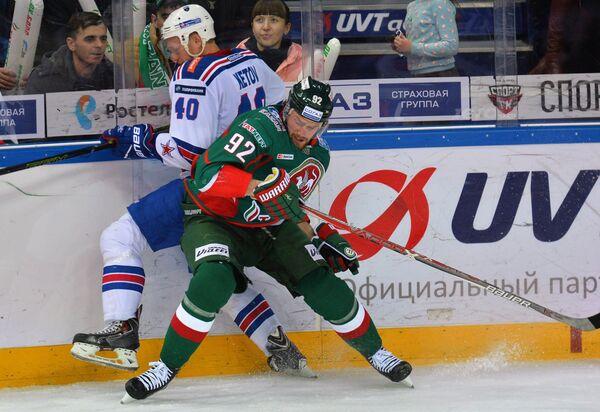 Нападающие СКА Евгений Кетов(слева) и Ак Барса Иржи Секач