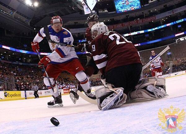 Игровой момент матча молодежного чемпионата мира по хоккею Россия - Латвия