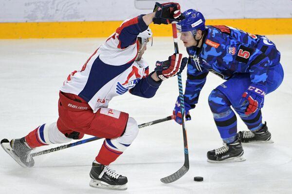 Защитник СКА Роман Рукавишников (справа)
