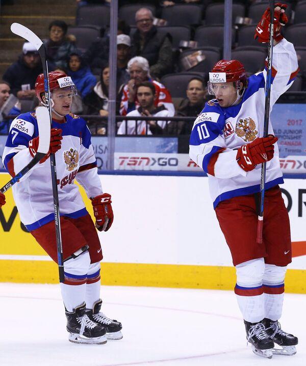 Нападающие сборной России Кирилл Капризов (слева) и Александр Полунин