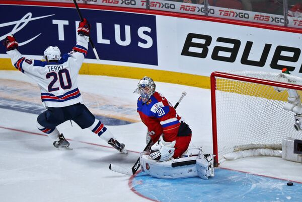 Вратарь сборной России Илья Самсонов и нападающий сборной США Трой Терри (слева)