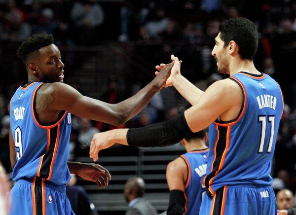 Баскетболисты Оклахомы Джерами Грант (слева) и Энес Кантер