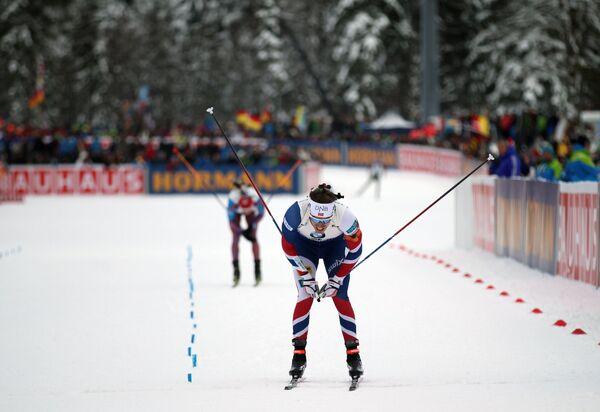 Эмиль Хегле Свендсен (на первом плане) и Антон Бабиков (на дальнем плане) на финише эстафеты